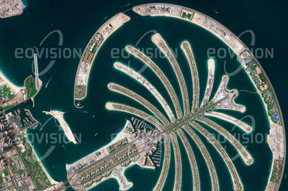 """Das Satellitenbild """"THE PALM - Vereinigte Arabische Emirate"""" ist dem Bildband """"NEW HUMAN FOOTPRINT - Unsere Welt im Umbruch"""" entnommen. Bildbeschreibung: Die Südküste des Persischen Golfs wurde in den vergangenen Jahrzehnten weitreichenden Veränderungen unterworfen. Künstliche Inseln erweitern das Angebot an direkt am Wasser gelegenen Flächen, die das Leben in der heißen und trockenen Umgebung der Arabischen Halbinsel erträglicher machen."""