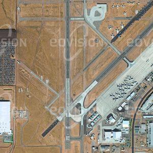 """Das Satellitenbild """"ADELATO - USA"""" ist dem Bildband """"NEW HUMAN FOOTPRINT - Unsere Welt im Umbruch"""" entnommen. Bildbeschreibung: Der frühere Militärflughafen George Air Force Base wurde 1993 aufgelassen und zum Southern California Logistics Airport umgewandelt. Dieser hat sich zu einem wichtigen Güterverkehrsknotenpunkt entwickelt, über den 60 Prozent der Güter laufen, die von und nach Südkalifornien geliefert werden. Daneben werden hier Flugzeuge gewartet, gelagert und demontiert. Ein Teil des Geländes wurde als Folge des Dieselskandals im Jahr 2015 als Parkplatz für nicht verkäufliche Autos genutzt."""