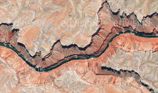"""Das Satellitenbild """"MARBLE CANYON - USA"""" ist dem Bildband """"UNTOUCHED NATURE - Naturlandschaften in Satellitenbildern"""" entnommen. Bildbeschreibung: Zwischen dem Lake Powell und dem Grand Canyon verläuft der Colorado River durch den Marble Canyon. Seinen Namen verdankt er nicht dem Material, sondern der Farbenpracht der Abfolge von Sedimentschichten an seinen steilen Wänden. Bis 1968 war hier ein Staudammprojekt geplant, dem jedoch wirtschaftliche und ökologische Argumente entgegen standen. Als Teil des Grand Canyon Nationalparks ist die spektakuläre Schlucht des Marble Canyons nun ein Ziel für Touristen."""