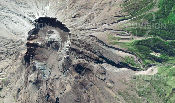 """Das Satellitenbild """"MOUNT SAINT HELENS - USA"""" ist dem Bildband """"UNTOUCHED NATURE - Naturlandschaften in Satellitenbildern"""" entnommen. Bildbeschreibung: Das Gebiet des Cascade Volcanic Arc verdankt seine vulkanische Aktivität der Juan de Fuca Platte, die vor der Pazifikküste unter die Nordamerikanische Kontinentalplatte gleitet. Beim katastrophalen Ausbruch im Jahr 1980 des Mount St. Helens wurde sein Gipfel weggesprengt, wobei der Vulkan 400 Meter seiner ursprünglichen Höhe verlor. Seit der Eruption, die über hunderte Quadratkilometer alles Leben vernichtete, wird um den Mount St. Helens erforscht, wie die Natur das Gebiet zurückerobert."""