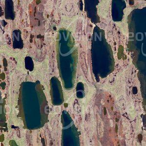 """Das Satellitenbild """"ATQASUK - USA"""" ist dem Bildband """"UNTOUCHED NATURE - Naturlandschaften in Satellitenbildern"""" entnommen. Bildbeschreibung: Im Permafrostgebiet der Tundra Nordalaskas, Heimat von Karibus und Eisbären, findet sich eine charakteristische Kombination stark mäandrierender Flüsse und einheitlich orientierter Seen."""
