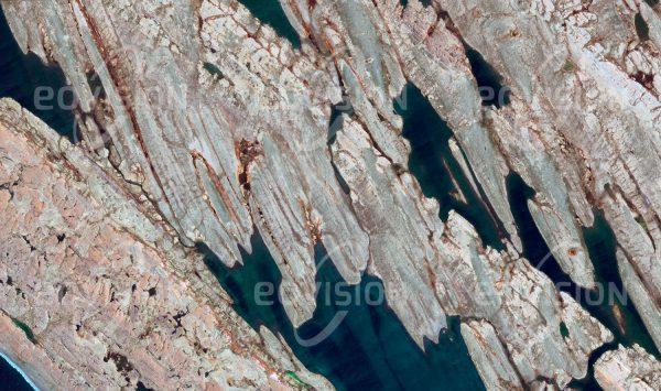 """Das Satellitenbild """"BELCHER ISLANDS - Kanada"""" ist dem Bildband """"UNTOUCHED NATURE - Naturlandschaften in Satellitenbildern"""" entnommen. Bildbeschreibung: Tektonische Hebungen und Erosion durch Gletscher haben alte, harte Gesteinsschichten übrig gelassen, die nun die Belcher-Inseln in der Hudson Bay bilden, Heimat für Walrösser und Rentiere."""