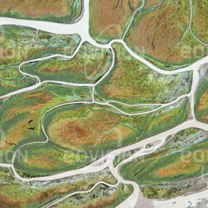 """Das Satellitenbild """"AVOGON ISLAND - USA"""" ist dem Bildband """"UNTOUCHED NATURE - Naturlandschaften in Satellitenbildern"""" entnommen. Bildbeschreibung: Das Mündungsgebiet des Yukon River in Alaska, eines der weltgrößten Flussdeltas, ist mit seinen Schwemminseln und Wasserläufen für Meeressäuger."""
