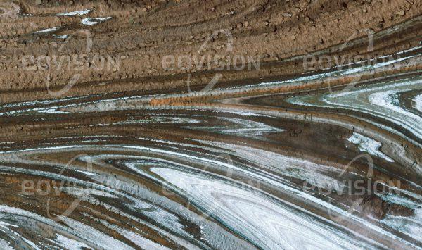 """Das Satellitenbild """"MALASPINA GLACIER - USA"""" ist dem Bildband """"UNTOUCHED NATURE - Naturlandschaften in Satellitenbildern"""" entnommen. Bildbeschreibung: Von mehreren Gletschern gespeist entfaltet sich der im Wrangell-St. Elias Nationalpark gelegene Malaspina Glacier an der Südküste Alaskas über eine Fläche von mehr als 4000 km²."""