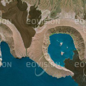 """Das Satellitenbild """"GALÁPAGOS - Ecuador"""" ist dem Bildband """"UNTOUCHED NATURE - Naturlandschaften in Satellitenbildern"""" entnommen. Bildbeschreibung: Etwa 1000 Kilometer vor der Küste Ecuadors liegen die vulkanischen Galapagosinseln. Ihre isolierte Lage führte zur Ausbildung einer sehr eigenen Tier- und Pflanzenwelt, mit der bereits Charles Darwin die von ihm entwickelte Evolutionstheorie unter-mauerte. Riesenschildkröten und Meeresechsen, die auf der Suche nach Algen bis zu neun Meter tief im Ozean tauchen, gehören zu den bekannten Beispielen."""
