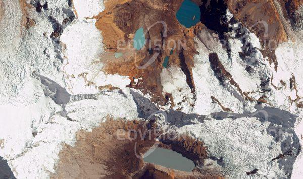 """Das Satellitenbild """"ALPAMAYO - Peru"""" ist dem Bildband """"UNTOUCHED NATURE - Naturlandschaften in Satellitenbildern"""" entnommen. Bildbeschreibung: Umgeben von Gletscherseen ist der 5947 m hohe Berg Teil der vergletscherten Cordillera Blanca, dem höchsten Abschnitt der Anden, und gilt als einer der schönsten Berge der Erde."""