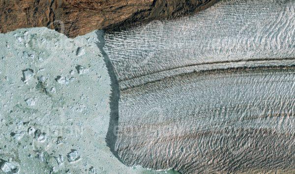 """Das Satellitenbild """"GLACIAR UPSALA - Argentinien"""" ist dem Bildband """"UNTOUCHED NATURE - Naturlandschaften in Satellitenbildern"""" entnommen. Bildbeschreibung: Der Glaciar Upsala erstreckt sich von den Patagonischen Kordilleren über 60 Kilometer bis zum Lago Argentino und ist mit 565 Quadratkilometern einer der weltweit größten Gebirgsgletscher. Von einer fast 60 Meter hohen und vier Kilometer breiten Abbruchkante am Gletscherschluss kalben ständig Eisberge, die über den See treiben. Oberfläche und Farbe weisen auf die Dynamik des Gletschers hin, der wie viele andere an Größe verliert."""