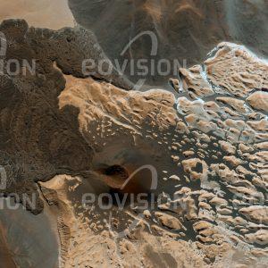 """Das Satellitenbild """"CERRO PEINADO - Argentinien"""" ist dem Bildband """"UNTOUCHED NATURE - Naturlandschaften in Satellitenbildern"""" entnommen. Bildbeschreibung: Am Südrand der Atacama befindet sich eine unwirtliche Landschaft, die in Höhen bis über 6.300 Meter reicht und durch meist inaktive Vulkankegel und Lavadecken geprägt ist. Nirgendwo sonst auf der Erde ist eine vergleichbare Dichte an Vulkanen anzutreffen. Wegen der Höhenlage und des mit weniger als 200 Millimetern Jahresniederschlag sehr trockenen Klimas bleibt die Vegetation hier extrem karg. Nicht fern von hier wurde am Ojos de Salado mit 6.080 Metern Seehöhe der Höhenweltrekord für Autos aufgestellt."""