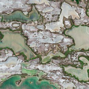 """Das Satellitenbild """"CAMARGUE - Frankreich"""" ist dem Bildband """"UNTOUCHED NATURE - Naturlandschaften in Satellitenbildern"""" entnommen. Bildbeschreibung: Die Camargue liegt westlich der Rhone-Mündung am Mittelmeer. Die ausgedehnte, von Brackwasser-teichen durchsetzte Marschlandschaft ist vor allem durch die hier wild lebenden weißen Pferde bekannt."""