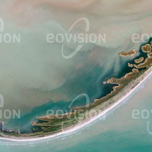 """Das Satellitenbild """"DELTA DUNĂRII - Rumänien"""" ist dem Bildband """"UNTOUCHED NATURE - Naturlandschaften in Satellitenbildern"""" entnommen. Bildbeschreibung: Südlich des Sfântu Gheorghe, eines der Mündungsarme der Donau, haben die Strömungen des Schwarzen Meeres aus der Sedimentfracht des Flusses eine Nehrung gebildet: die langgestreckte Sandinsel Sachalin. Das Mündungsgebiet der Donau am Schwarzen Meer ist das zweitgrößte Delta und das größte grenzüberschreitende Schutzgebiet Europas. Als weltgrößtes zusammenhängendes Schilfrohrgebiet bietet es Lebensraum für zahlreiche Tier- und Pflanzenarten."""