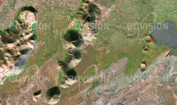 """Das Satellitenbild """"NORĐURLAND EYSTRA  - Island"""" ist dem Bildband """"UNTOUCHED NATURE - Naturlandschaften in Satellitenbildern"""" entnommen. Bildbeschreibung: Island verdankt seine Entstehung der tektonischen Aktivität des mittelatlantischen Rückens. Nach wie vor prägt Vulkanismus mit Geysiren, Tuffringen und Schlackenkegeln das Erscheinungsbild der Insel."""