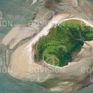 """Das Satellitenbild """"MELLUM - Deutschland"""" ist dem Bildband """"UNTOUCHED NATURE - Naturlandschaften in Satellitenbildern"""" entnommen. Bildbeschreibung: Erst um die Wende zum 20. Jahrhundert entstand durch die Gezeiten die Insel Mellum im Nationalpark Niedersächsisches Wattenmeer. Seither ist die Düneninsel auf eine Fläche von 4,5 Quadratkilometer angewachsen. Ausgedehnte Sand- und Wattflächen haben Mellum zu einem wichtigen Brutgebiet für Seevögel und zu einem der bedeutendsten Lebensräume für Seehunde in der Nordsee werden lassen."""