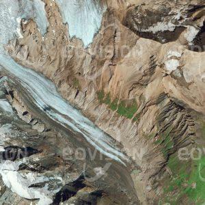 """Das Satellitenbild """"GROSSGLOCKNER - Österreich"""" ist dem Bildband """"UNTOUCHED NATURE - Naturlandschaften in Satellitenbildern"""" entnommen. Bildbeschreibung: Mit der Höhe von 3798 m ist der Großglockner in Österreich ein wichtiger Alpengipfel. Die von ihm ausgehende Pasterze ist als längster Gletscher der Ostalpen besonders vom Gletscherrückgang betroffen."""