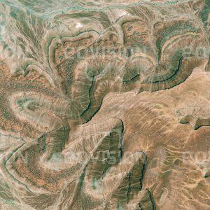 """Das Satellitenbild """"ADRAR PLATEAU - Mauretanien"""" ist dem Bildband """"UNTOUCHED NATURE - Naturlandschaften in Satellitenbildern"""" entnommen. Bildbeschreibung: Die Ausläufer des Plateaus in Mauretanien geben Hinweise auf die unterschiedliche Härte der Gesteinsschichten. Harte Schichten stellen für darunter liegende weiche einen Schutz vor Erosion dar."""