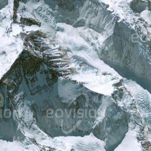 """Das Satellitenbild """"MOUNT EVEREST - China"""" ist dem Bildband """"UNTOUCHED NATURE - Naturlandschaften in Satellitenbildern"""" entnommen. Bildbeschreibung: Der mit 8.848 Metern höchste Berg der Erde ist Teil des Sagarmatha-Nationalparks und des Himalaja-Biosphärenreservats. Die extremen klimatischen Bedingungen lassen hier kaum Leben zu. Nachdem die Erstbesteigung des Mount Everest bereits im Jahr 1953 erfolgte, steigt seit den 1990er Jahren die Zahl der Gipfelstürmer massiv an. Die damit verbundenen Abfallprobleme sollen durch ein verpflichtendes Müllpfand für alle Expeditionen gemildert werden."""