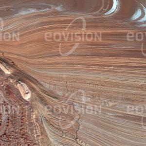 """Das Satellitenbild """"DASHT-E KAVIR - Iran"""" ist dem Bildband """"UNTOUCHED NATURE - Naturlandschaften in Satellitenbildern"""" entnommen. Bildbeschreibung: Die Große Salzwüste im Iran weist extreme Temperaturen mit Maxima bis 50°C und Tag-Nacht-Unterschieden bis zu 70°C auf. Die Salztonebenen werden von heftigen Stürmen abgeschliffen."""