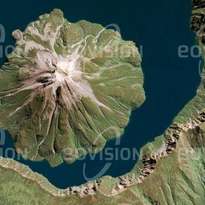 """Das Satellitenbild """"ONEKOTAN - Russland"""" ist dem Bildband """"UNTOUCHED NATURE - Naturlandschaften in Satellitenbildern"""" entnommen. Bildbeschreibung: Die Inseln der Kurilen sind als Teil des Pazifischen Feuerrings vulkanischen Ursprungs. Auf Onekotan erhebt sich der Vulkan Krenizyn in einer älteren Caldera und bildet mit dieser einen ringförmigen Kratersee. Ursprünglich von Ainu, den Ureinwohnern Japans bewohnt, durchlief die Insel eine konfliktreiche Geschichte zwischen Japan und Russland, zu dem es nun gehört. Nachdem Onekotan lange einen militärischen Stützpunkt beherbergte, ist es nunmehr unbewohnt."""