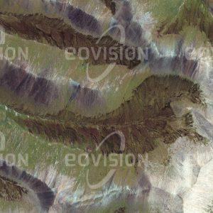 """Das Satellitenbild """"CHAOWULA SHAN - China"""" ist dem Bildband """"UNTOUCHED NATURE - Naturlandschaften in Satellitenbildern"""" entnommen. Bildbeschreibung: In Quinghai im Osten Chinas liegt der Quellbereich des Mekong-Flusses. In einer Höhe von etwa 5000 m bilden sich zwischen alpinem Grasland am Talgrund Sümpfe, wo Wasser aus dem Gebirge austritt."""