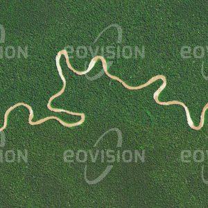 """Das Satellitenbild """"AKIMEUGAH - Indonesien"""" ist dem Bildband """"UNTOUCHED NATURE - Naturlandschaften in Satellitenbildern"""" entnommen. Bildbeschreibung: Der Akimeugah durchfließt den Lorentz-Nationalpark auf Neuguinea, der sich von der Küste der Arafurasee bis in die fast 4.900 Meter Höhe erreichende Gipfelregion der Insel erstreckt. Der Nationalpark beherbergt im Mangrovenwald und im Tieflandregenwald einen großen Artenreichtum, darunter Baumkängurus und viele tropische Vogelarten. Einige indigene Völker haben ihren ursprünglichen Lebensstil als Jäger und Sammler beibehalten, doch auch sie sind von der zunehmenden Ausbeutung der Wälder betroffen."""