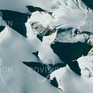 """Das Satellitenbild """"BAHÍA ESPERANZA - Antarktis"""" ist dem Bildband """"UNTOUCHED NATURE - Naturlandschaften in Satellitenbildern"""" entnommen. Bildbeschreibung: In der Nähe des Polarkreises steigt die Sonne im antarktischen Winter kaum über den Horizont und die Schatten der Berge bleiben sehr lang. Nahe dem nördlichsten Punkt des Kontinents liegt an der Antarktischen Halbinsel die Bahía Esperanza oder Hope Bay, wo in einer der beiden zivilen Siedlungen auf dem Kontinent etwa 55 Menschen auch den Winter verbringen. Hier fand 1978 auch die erste Geburt auf antarktischem Festland statt."""