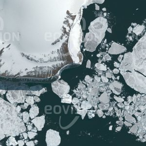 """Das Satellitenbild """"CAPE LONGING - Antarktis"""" ist dem Bildband """"UNTOUCHED NATURE - Naturlandschaften in Satellitenbildern"""" entnommen. Bildbeschreibung: Das von Gletschern abgeschliffene Kap mit seiner markanten Steilküste begrenzte ursprünglich das inzwischen teilweise kollabierte Larsen-Eisschelf an der Ostküste der Antarktischen Halbinsel."""