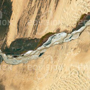 """Das Satellitenbild """"GOLMUD HE - China"""" ist dem Bildband """"UNTOUCHED NATURE - Naturlandschaften in Satellitenbildern"""" entnommen. Bildbeschreibung: Zu diesem Bild gibt es keine Bildbeschreibung"""