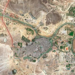 """Das Satellitenbild """"DJENNÉ - Mali"""" ist dem Bildband """"WÜSTEN - Lebensraum der Extreme"""" entnommen. Bildbeschreibung: Die Geschichte der Stadt im Süden des Niger-Binnendeltas ist eng mit jener Timbuktus verbunden. Als traditionell wichtiger Handelsstützpunkt beherbergt sie heute etwa 33.000 Einwohner und ist vor allem für die historischen Gebäude in Lehmbauweise bekannt. Unter diesen sticht die 1907 erbaute Große Moschee als größtes und eines der bedeutendsten Bauwerke des sudanischen Stils heraus. Mit der gesamten Altstadt ist diese Teil des UNESCO-Welterbes."""
