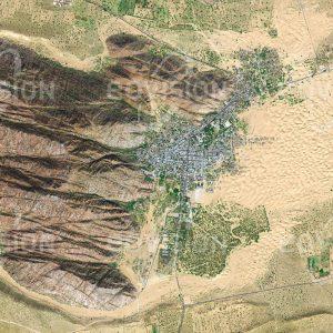 """Das Satellitenbild """"CHOHTAN - Indien"""" ist dem Bildband """"WÜSTEN - Lebensraum der Extreme"""" entnommen. Bildbeschreibung: Der Rand der Wüste Thar ist in Radjasthan von zahlreichen kleineren Siedlungen übersät. Nahe der Grenze zu Pakistan liegt Chohtan im Windschatten eines Felsens, der die kleine Stadt dominiert. Nach Osten erstrecken sich Sanddünen, Ausläufer der Wüste. Wie Ausgrabungen gezeigt haben, war die Stadt früher deutlich größer und bedeutender. Heute ist die Region bekannt für ihre hinduistischen Tempel."""