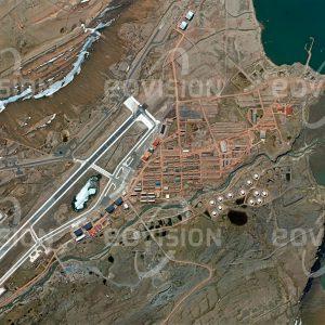 """Das Satellitenbild """"THULE AIR BASE - Grönland"""" ist dem Bildband """"WÜSTEN - Lebensraum der Extreme"""" entnommen. Bildbeschreibung: Thule bezeichnete in der griechischen und römischen Literatur den nördlichsten bekannten Ort, der heute nicht mehr sicher zu lokalisieren ist. Er diente als Namensgeber für eine US-amerikanische Luftwaffenbasis im Norden Grönlands. Auf fast 77° nördlicher Breite gelegen ist diese nur 1524 km vom Nordpol entfernt und war wegen der Nähe zur Sowjetunion im Kalten Krieg ein strategisch bedeutender Ort für die Luftaufklärung. Heute dient die Basis als Stützpunkt für das Air Force Space Command. 1968 kam es in der Nähe zum Absturz eines mit Nuklearwaffen bestückten Bombers."""