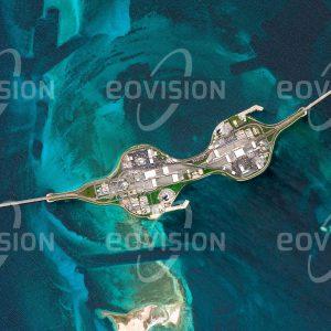 """Das Satellitenbild """"BAHRAIN CAUSEWAY - Bahrain - Saudi-Arabien"""" ist dem Bildband """"WÜSTEN - Lebensraum der Extreme"""" entnommen. Bildbeschreibung: Der King Fahd Causeway im Persischen Golf besteht aus einer Reihe von Straßenbrücken und Dämmen zwischen den Wüstenstaaten Bahrain und Saudi-Arabien. Die etwa 25 Kilometer lange Straßenverbindung wurde 1986 eröffnet. Täglich benützen mehr als 25.000 Fahrzeuge die Straße. Der Baubeginn für eine zweite Verbindung für Bahn und Autos ist 2021 geplant."""