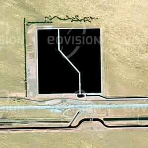 """Das Satellitenbild """"BROCK RESERVOIR - USA"""" ist dem Bildband """"WÜSTEN - Lebensraum der Extreme"""" entnommen. Bildbeschreibung: Die Versorgung der Landwirtschaft mit Wasser benötigt heute oft technisch komplexe Systeme. Der Süden Kaliforniens wird über den All-American Canal mit Wasser aus dem Lake Mead versorgt. Um unerwartete Änderungen im Verbrauch durch die Landwirte abzufedern, wurde das Brock Reservoir errichtet, das knapp 10 Millionen Kubikmeter Wasser fasst."""