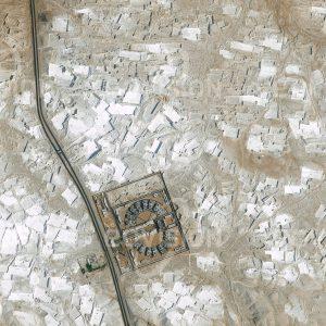 """Das Satellitenbild """"EL MINYA - Ägypten"""" ist dem Bildband """"WÜSTEN - Lebensraum der Extreme"""" entnommen. Bildbeschreibung: Der Kalkstein, der etwa 250 Kilometer südlich von Kairo am Ostufer des Nils abgebaut wird, war schon im alten Ägypten ein begehrtes Baumaterial. Auch die Außenhüllen der Pyramiden wurden aus diesem Material hergestellt. Im Satellitenbild erscheinen frische Abbruchflächen sehr hell, im Lauf der Zeit werden sie durch Verwitterung dunkler."""