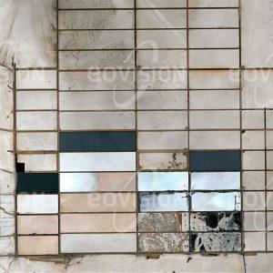 """Das Satellitenbild """"SALAR DE UYUNI - Bolivien"""" ist dem Bildband """"WÜSTEN - Lebensraum der Extreme"""" entnommen. Bildbeschreibung: Im Süden des Altiplano liegt auf 3650 Metern Meereshöhe der Salzsee Salar de Uyuni. Der mit mehr als 10.500 Quadratkilometern Fläche weltweit größte Salzsee wird zur Gewinnung von Salz und von Lithium genutzt. Im Salar liegt eines der größten Vorkommen von Lithium, das für die Herstellung von Akkumulatoren immer wichtiger wird. Die Kommerzialisierung der Lithiumproduktion wurde von Bolivien vergleichsweise langsam gestartet, um einen Ausverkauf dieses Rohstoffs zu vermeiden. Ein wichtiger Wirtschaftsfaktor ist auch der Tourismus, für den auf dem See aus Salzblöcken errichtete Salzhotels betrieben werden."""