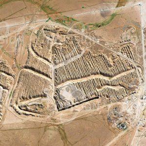 """Das Satellitenbild """"BOU CRAA - Westsahara"""" ist dem Bildband """"WÜSTEN - Lebensraum der Extreme"""" entnommen. Bildbeschreibung: Inmitten der Westsahara wird im Tagebau Phosphat abgebaut, das ein wichtiger Bestandteil von Düngemitteln ist. Beim Abbau wird mit parallelen Gräben begonnen, bevor das Material dazwischen gefördert wird. Bou Craa ist Ausgangspunkt des mit 100 Kilometern längsten Förderbandes der Welt. Dieses transportiert 2000 Tonnen Material pro Stunde nach Marsa, den Verschiffungshafen am Atlantik. Wegen des zunehmenden Düngemittelbedarfs ist die Fläche des Phosphatabbaus in den letzten Jahrzehnten deutlich gewachsen."""