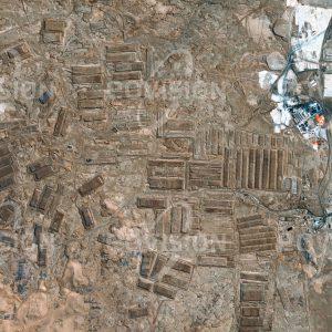 """Das Satellitenbild """"POZO ALMONTE - Chile"""" ist dem Bildband """"WÜSTEN - Lebensraum der Extreme"""" entnommen. Bildbeschreibung: Die 1872 gegründeten Humberstone- und Santa-Laura-Salpeterwerke in der Atacama-Wüste waren über Jahrzehnte bedeutende Lieferanten von Natriumnitrat, einem Stickstoffdünger. Der Chile-Salpeter verlor jedoch ab den 1920er Jahren an Bedeutung. Die Anfang der 1960er Jahre geschlossenen Salpeterwerke sind heute auf der UNESCO-Liste des Welterbes."""