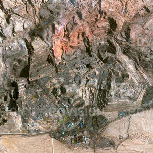 """Das Satellitenbild """"HAINAN - China"""" ist dem Bildband """"WÜSTEN - Lebensraum der Extreme"""" entnommen. Bildbeschreibung: Die Energieproduktion in China beruht zu mehr als 60% auf Kohle. In der Inneren Mongolei wurde in der Region Wuhai, dessen Name """"Schwarzes Meer"""" bedeutet, zeitweise fast ein Drittel der chinesischen Kohle gefördert. Entlang des Huang He, des Gelben Flusses, liegt zwischen den Wüsten Gobi und Ordos ein mehr als 60 Kilometer langer Gebirgszug, an dessen Westflanke Kohle abgebaut und in Kraftwerken verbrannt wird. Die Folge sind eine massiv verschmutzte Landschaft und gravierende Auswirkungen auf die Gesundheit der Bewohner."""