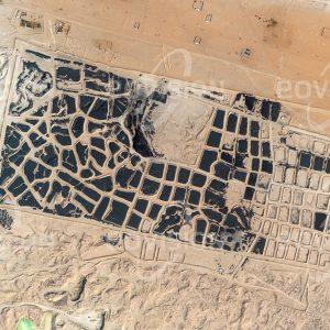 """Das Satellitenbild """"SULAIBIYA - Kuwait"""" ist dem Bildband """"WÜSTEN - Lebensraum der Extreme"""" entnommen. Bildbeschreibung: Autoreifen gehören zu den Verschleißteilen des modernen Verkehrswesens. Während in Mitteleuropa der überwiegende Teil der Altreifen recycelt wird, werden sie in Kuwait im Sand vergraben. Dieses Lager liegt westlich von Kuwait City und birgt etwa sieben Millionen Altreifen. Im April 2012 brach ein Großbrand aus, bei dem etwa fünf Millionen Altreifen verbrannten."""