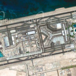 """Das Satellitenbild """"DOHA - Katar"""" ist dem Bildband """"WÜSTEN - Lebensraum der Extreme"""" entnommen. Bildbeschreibung: Doha, die Hauptstadt des Emirates Katar, ist der Prototyp der arabischen Version einer modernen Planstadt. Im Umkreis der bestehenden Stadt entstehen künstliche, zum Teil ins Meer gebaute Stadtteile der Superlative, wie """"The Pearl"""", und der riesige Komplex des neuen Flughafens. Sie stehen für eine Entwicklung, die in der """"Qatar National Vision 2030"""" festgelegt wurde und die den Wüstenstaat zu einem der modernsten der Welt machen soll. Mit dem 2014 eröffneten Hamad International Airport, auf dem im Jahr 2017 mehr als 35 Millionen Passagiere abgefertigt wurden, ist Doha ein Drehkreuz des internationalen Flugverkehrs."""