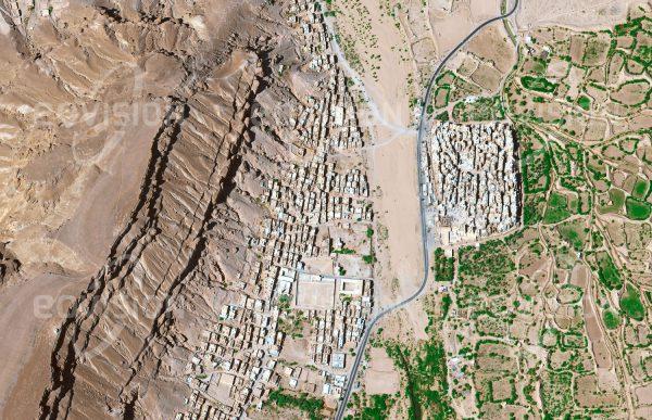 """Das Satellitenbild """"SHIBAM - Jemen"""" ist dem Bildband """"WÜSTEN - Lebensraum der Extreme"""" entnommen. Bildbeschreibung: Das jemenitische Shibam ist für seine bis zu 11 Stockwerke hohen Hochhäuser in Lehmbauweise bekannt, die dichtgedrängt in der klar abgegrenzten und ummauerten Altstadt stehen. Seit 1988 ist Shibam Teil der UNESCOWelterbeliste."""